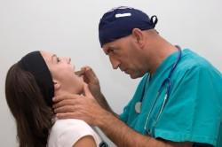 Осмотр пациента со стоматитом в больнице