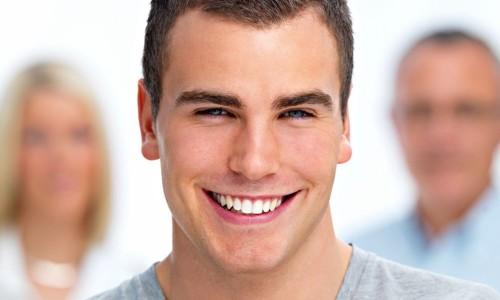 Красивая улыбка после пластинок для зубов