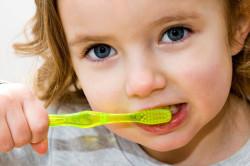 Использование специальной зубной пасты для профилактики налета у детей